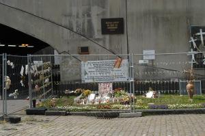 Inoffizielle Gedenkstätte an der Rampe zum Alten Güterbahnhof - Zugang zum Gelände, auf dem 2010 die Loveparade statt fand Foto: Petra Grünendahl,