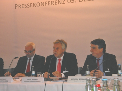 Gemeinsame Pressekonferenz von duisport, Audi AG und Schnellecke Logistics: NRW-Wirtschaftsminister Garrelt Duin, Hafenchef Erich Staake, NRW-Verkehrsminister Michael Groschek (v. l.)