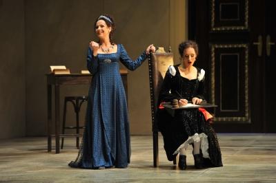 La Nozze di Figaro (v. l.): Die Gräfin Almaviva (Sylvia Hamvasi) mit ihrer Zofe Susanna (Anett Fritsch). Foto: Hans Jörg Michel. Zum Vergrößern bitte anklicken.