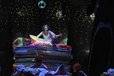 Die fremde Prinzessin (Alma Sadé) verbringt auf Bergen von Matratzen und Daumendecken eine unruhige Nacht.