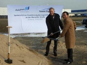 Yusen Logistics und der Duisburger Hafen gehen im logport I seit 1998 gemeinsame Wege: Geschäftsführer Seji Yuzen und Hafenchef Erich Staake packen es gemeinsam an (pet)