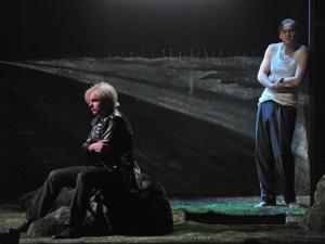 James Bobby (als Nick Shadow),  Jussi Myllys (als Tom Rakewell) Foto: Hans Jörg Michel