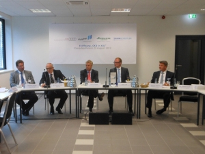 Im Pressegespräche (v. l.): Matthias Schliep (Thimm-Gruppe), Dr. Michael Hauf (Audi AG), Erich Staake (Duisburger Hafen AG), Oberbürgermeister Sören Link, Klaus Wagner (Schnellecke Logistics)