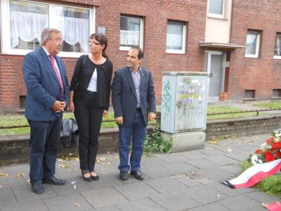 Angelika Wagner, Vorsitzende des DGB Niederrhein, eingerahmt von Bürgermeister Manfred Osenger (l.) und Bürgermeister Erkan Kocalar (r.) am Mahnmal für die Gewerkschafter