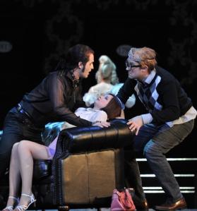 Don Giovanni (Richard Šveda), Zerlina (Iulia Elena Surdu),  Masetto (David Jerusalem).  Foto: Hans Jörg Michel.