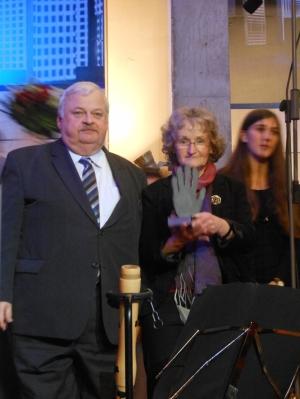 Laudator Guntram Schneider und Annegret Keller-Steegmann mit dem Preis, der eine ausgestreckte Hand symbolisiert. Foto: Petra Grünendahl.