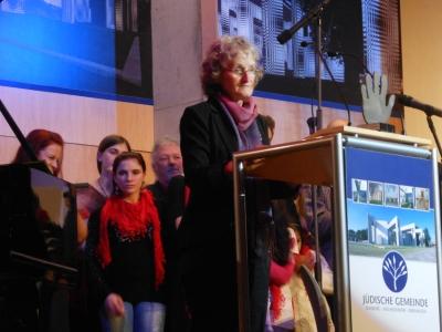 """Annegret Keller-Steegmann und das """"Bahtalo""""-Ensemble im Hintergrund. Foto: Petra Grünendahl."""