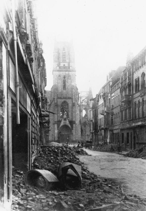 Im April 1945 ist für Duisburg und auch für Neudorf der Krieg endlich vorbei. Der Blick in die Ludgeristraße geht auf die ausgebrannte Ludgerikirche. Die Stadt erholte sich nur langsam von den schrecklichen Wunden, die der Luftkrieg gerissen hatte.
