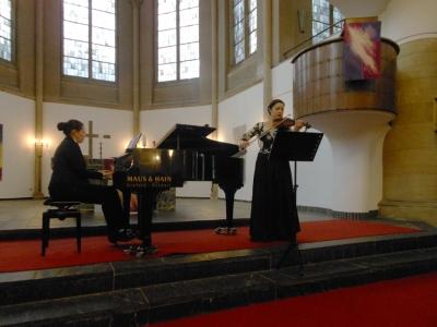 Olga Andryushchenko am Klavier, Natalia Demina mit der Violine.