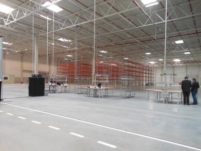 Mit Ausmaßen von 180 x 126 Metern schon sehr beeindrucken, die neue Lagerhalle in Kaßlerfeld. Außenaufnahme: siehe Header-Foto.