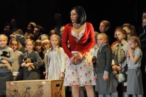 Pagliacci: Nataliya Kovalova (Nedda) und der Mädchen- und Jungenchor B der Chorschule St. Margareta, Düsseldorf-Gerresheim. Foto: Hans Jörg Michel.