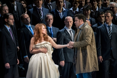 Der Retter nimmt Abschied: Sylvia Hamvasi (Elsa von Brabant), Corby Welch (Lohengrin), Chor der Deutschen Oper am Rhein Foto: Matthias Jung