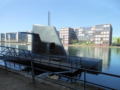 Das Kunst-U-Boot aus dem Kulturhauptstadtjahr Ruhr 2010 von Andreas M. Kaufmann und Hans Ulrich Reck liegt im Hafenbecken an der Küppersmühle vor Anker.