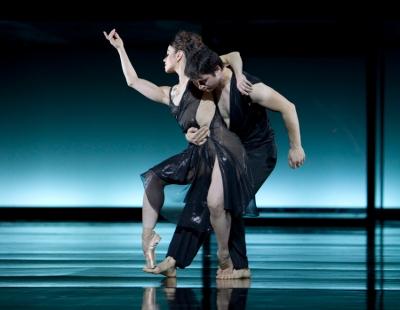 """Martin Schläpfers Ballett b.09 – """"Ein Deutsches Requiem"""" im Theater Duisburg. Foto: Gert Weigelt."""