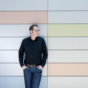"""Thorsten Holtermann, verantwortlich für den Bereich """"Corporate Architecture/Color"""" bei ThyssenKrupp Steel Europe, hat das Farbkonzept für die Kita entworfen. Durch die Coil-Coating-Beschichtung ReflectionsPearl werden Ästhetik und Schutzwirkung miteinander kombiniert. Foto: TKSE."""