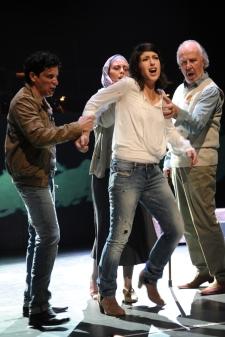 Tansel Akzeybek (Yilmaz Güner), Sarah Ferede (Birsen Güner), Sirin Kiliç (Sibel), Michail Milanov (Yunus Güner). Foto: Hans Jörg Michel.