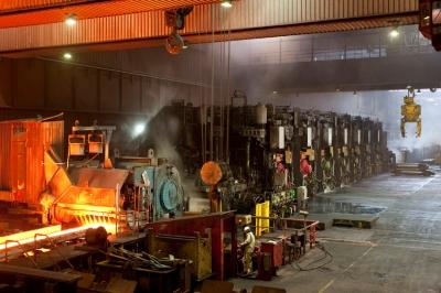 Das Warmbandwerk 2 in Duisburg-Beeckerwerth hat schon mehr als 200 Millionen Tonnen Stahlblech produziert. Bei einer mittleren Banddicke von drei Millimetern und einer Breite von 1.300 Millimeter entspricht dies einer Zuglänge von 32.800 Kilometern. Dieser Zug würde mit 50 Stundenkilometern 39 Tage lang an einem Bahnübergang vorbeifahren. Foto: ThyssenKrupp Steel Europe AG.