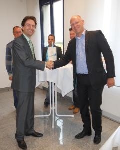 Marketing-Club Duisburg-Niederrhein zu Gast beim Duisburger Hafen: Club-Präsident Marco Pfotenhauer (vorne rechts) dankt Julian Böcker (links) für eine interessante Führung und gute Gespräche. Foto: Petra Grünendahl