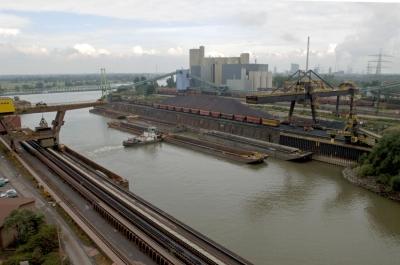 Der Werkshafen Schwelgern garantiert die Versorgung der Hochöfen und der anderen Produktionsstätten, zum Beispiel mit Erz und Kohle. Foto: TKSE AG