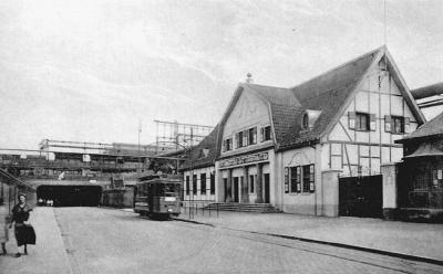 Linie 6 an der Haltestelle Tor 6 der Thyssen-Hütte um 1915. Links führen die Schienen durch den Matena-Tunnel nach Alsum.