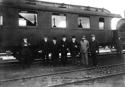 Gespräche mit georgischen Gästen und Regierungsvertretern, vermutlich auch über Logistik. Fritz und August Thyssen (2. und 3. v.li.) empfingen 1918 Fürst Sumbatoff (2.v.re.) und Dr. Nikoladze (Mitte, li. neben Thyssen). Foto: Konzernarchiv ThyssenKrupp.