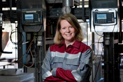 """Messen, analysieren, auswerten zwischen Hafen und Hochofen ist ihr Job. Mit 37 Jahren ist Dr. Alexandra Hirsch direkt im Umfeld der """"Männerwelt Hochofen"""" Chefin des Metallurgie- und Labor-Teams, in dem über 30 Prozent Frauen arbeiten. Foto: TKSE."""