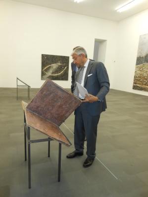 Besucher sollten NICHT in den Büchern von Anselm Kiefer blättern. Museumsdirektor Walter Smerling zeigt hier ein Exemplar. Foto: Petra Grünendahl.