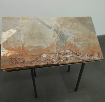 Anselm Kiefers Buch aus Ton und Tonschlamm auf Fotos über Karton mit Kupferdraht und Keramikschwerben. Foto: Petra Grünendahl.