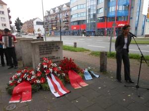 Antikriegstag 2014: Angelika Wagner (r.) bei der abschließenden Kranzniederlegung am Mahnmal an der Ruhrorter Straße. Foto: Petra Grünendahl.