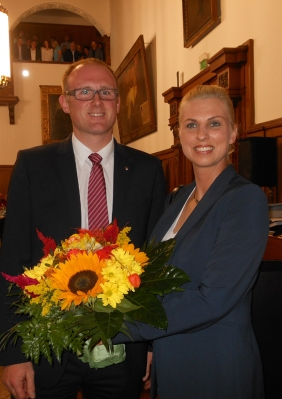 Oberbürgermeister Sören Link gratuliert der neuen Beigeordneten Dr. Daniela Lesmeister zu ihrer Wahl. Foto: Petra Grünendahl.