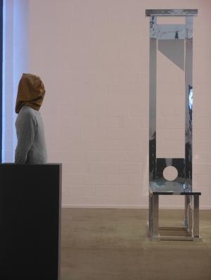 "Gil Shachars ""Untitled"" (l.), Jota Castros ""Zeitgeist"" (r.)."