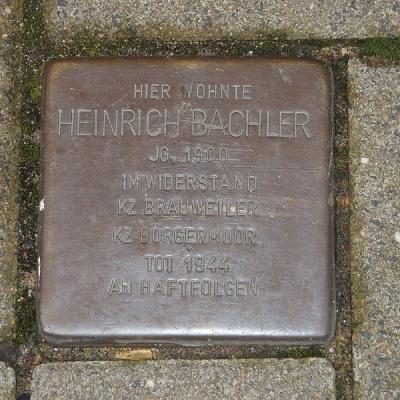 Vor dem Haus Schmiedestraße 15 erinnert ein Stein an Heinrich Bachler. Sein Sohn Bruno, der im Widerstand aktiv war, überlebte den Krieg. Foto: Petra Grünendahl.
