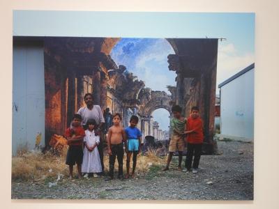 La Grande Galerie: Danica Dakić (*1962 in Sarajevo) inszeniert Roma-Kinder vor einem Druck eines Gemäldes von Hubert Roberts, das den zu Lebzeiten des Künstlers im Bau befindlichen Louvre als Ruine zeigt. Das Gemälde mit dem Roma-Kindern davor ist umrandet vom Elend ihrer realen Lebenswirklichkeit. Fotos: Petra Grünendahl.