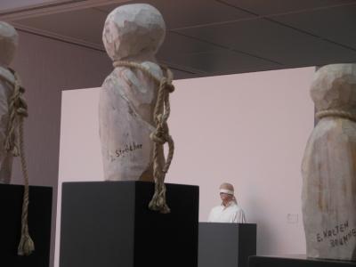 """Vorne die Täter: Wolfgang Büttner thematisierte in """"Drei Versuche über Nürnberg"""" die Kriegsverbrecherprozesse. Hinten Gil Shachar, ein anderes Opfer: """"Untitled"""". Fotos: Petra Grünendahl."""