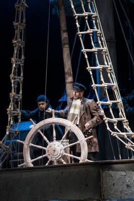 Der Steuermann ist bei der Wache eingenickt: Johannes Preißinger (Steuermann), Thorsten Grümbel (Daland). Foto: Matthias Jung.