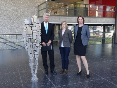 "Antony Gormleys Skulptur ""Loss"" mit Dr. Joachim Bonn (Sparkasse Duisburg), Ronja Friedrichs (Kuratorische AssistenzI und Museumsdirektorin Dr. Söke Dinkla (v. l.). Foto: Petra Grünendahl."