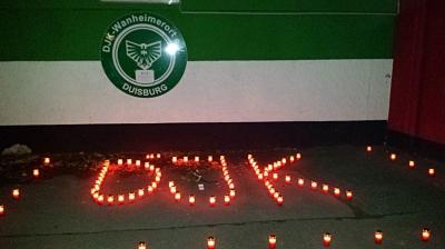 Am Freitagabend (14. November 2014) stellte die Kinder und Jugendlichen vor dem DJK-Emblem 96 Kerzen auf, für jedes Jahr eine Kerze. Foto: DJK Wanheimerort 1919 e.V.