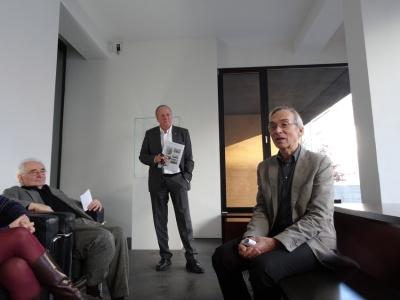 Klaus Maas (Mitte) stellt zusammen mit Gottried Böhm (l.) und Erich Franz (r.) die Ausstellung zum Plastiker Ernst Hermanns vor. Foto: Petra Grünendahl.