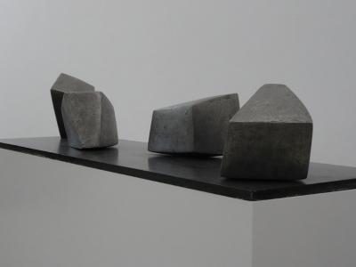 Objekt mit vier Teilen aus Leichtmetall, massiv, gegossen, auf einer Eisenplatte (1963). Foto: Petra Grünendahl.