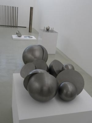 Spätere Werk von geometrischer Strenge: Vorne  Objekt aus verchromtem Stahl (1969), direkt dahinter eine geteilte Kugel aus Eisen (1970) und im Hintergrund weitere Objekte aus Edelstahl, Eisen oder Leichtmetall. Foto: Petra Grünendahl.