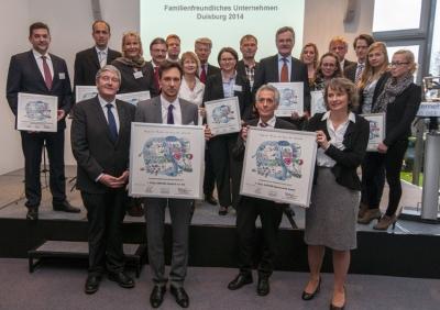 Gruppenbild mit allen Teilnehmern: Insgesamt haben sich 13 Duisburger Unternehmen am Wettbewerb beteiligt. Foto: Uwe Köppen, Stadt Duisburg.