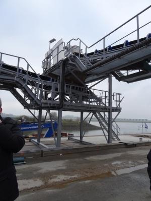 Ab dem 5. Januar 2015 befüllen die neuen Förderbänder Binnenschiffe mit Salz aus Rheinberg, die per Lkw angeliefert werden. Foto: Petra Grünendahl.