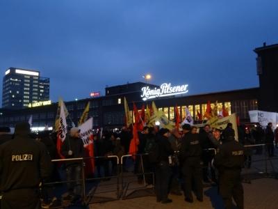 """Rund 1.000 Menschen versammelte vor dem Hauptbahnhof das """"Duisburger Netzwerk gegen Rechts"""". Foto: Petra Grünendahl."""