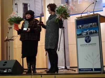 Die Preisträgerinnen Cornelia Spitzlei (Deutsches Rotes Kreuz Duisburg, links) und Regina Scheurer (Diakonischen Werk Duisburg, rechts). Foto: Petra Grünendahl.