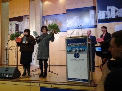 Die Preisträgerinnen Cornelia Spitzlei (Deutsches Rotes Kreuz Duisburg, links) und Regina Scheurer (Diakonischen Werk Duisburg, rechts). Im Hintergrund: Armin Schneider und Angelika Wagner. Foto: Petra Grünendahl.