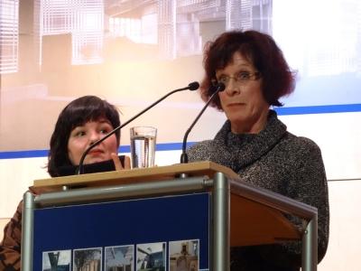 Werden geehrt für ihr beispielhaftes Engagement in der Flüchtlingshilfe in Duisburg (v.l.): Die Preisträgerinnen Cornelia Spitzlei (Deutsches Rotes Kreuz Duisburg) und Regina Scheurer (Diakonischen Werk Duisburg). Foto: Petra Grünendahl.