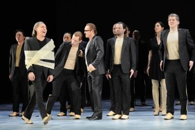 Der Hofnarr Rigoletto (l., hier: Boris Statsenko) verspottet den Grafen Ceprano (hier: Rolf Broman), dessen Frau vom Herzog von Mantua (hier: Andrej Dunaev) verführt worden war. Im Hintergrund: Chor und Statisterie der Deutschen Oper am Rhein. Foto: Thilo Beu.