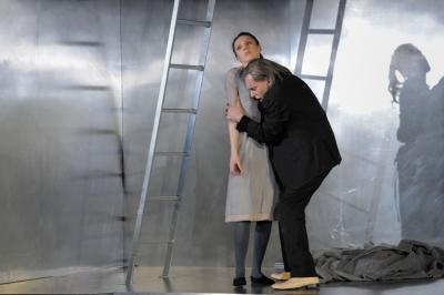 Rigoletto (hier: Boris Statsenko) versteckt seine Tochter Gilda (hier: Olesva Golovneva) und halt sie fast wie eine Gefangene. Foto: Thilo Beu.