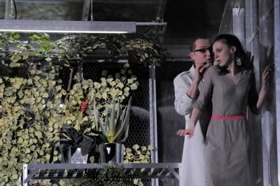 Der Herzog von Mantua (hier: Andrej Dunaev in dieser Rolle) wil Gilda (hier: Olesya Golovneva) verführen. Foto: Thilo Beu.
