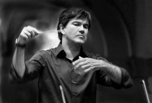 Prof. Oliver Leo Schmidt, Dirigent des Universitätsorchesters Dusiburg-Essen, lehrt an der Folkwang-Universität der Künste. Foto: UDE.
